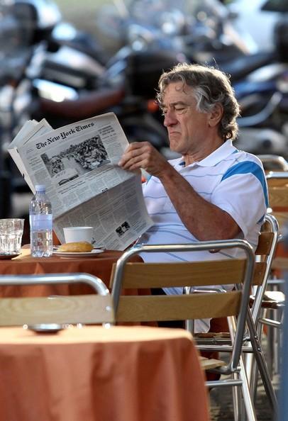 Robert De Niro al tavolo di un bar sul set di Manuale d'Amore