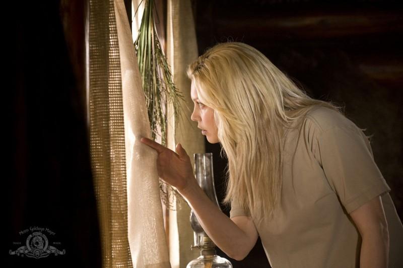 Alaina Kalanj guarda fuori dalla finestra nell'episodio Intervention di Stargate Universe