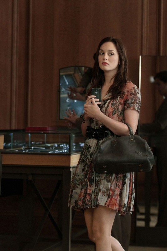 Blair (Leighton Meester) con cellulare in mano nell'episodio Touch of Eva di Gossip Girl