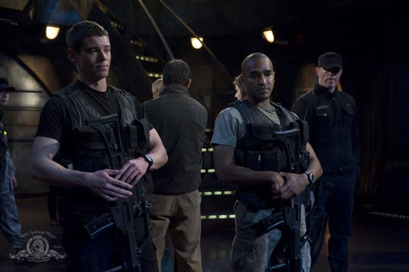 Brian J. Smith e Jamil Walker Smith in una scena dell'episodio Intervention di Stargate Universe