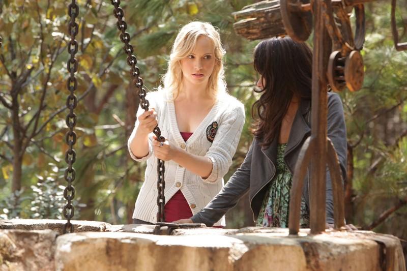 Candice Accola e Katerina Graham (di spalle) nell'episodio Plan B di Vampire Diaries