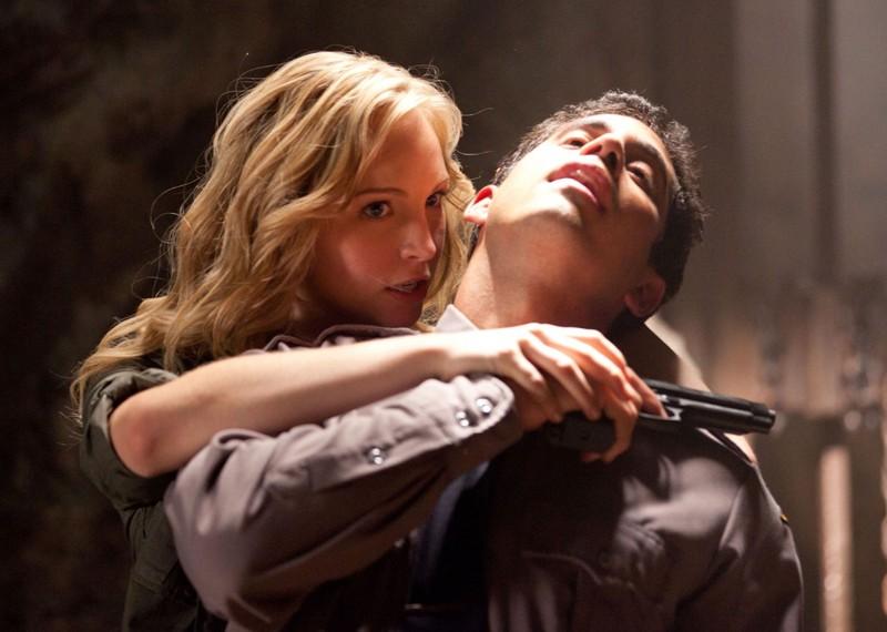 Caroline (Candice Accola) afferra un poliziotto nell'episodio Kill Or Be Killed di Vampire Diaries