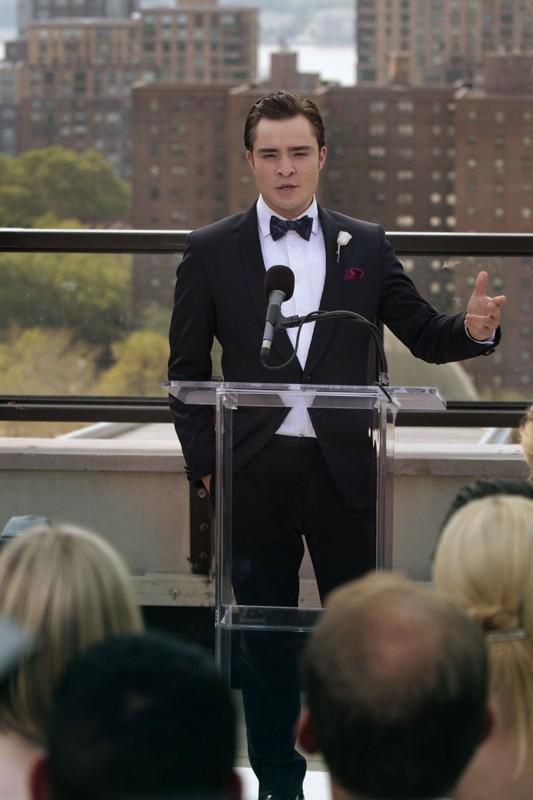 Chuck (Ed Westwick) durante un discorso nell'episodio Touch of Eva di Gossip Girl