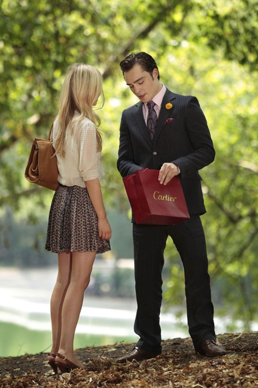 Clemence Poesy (di spalle) ed Ed Westwick nell'episodio Touch of Eva di Gossip Girl