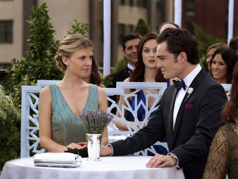 Clemence Poesy, Ed Westwick e Leighton Meester nell'episodio Touch of Eva di Gossip Girl