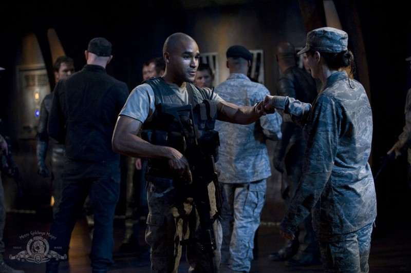 Jamil Walker Smith scambia un saluto con Vanessa James nell'episodio Intervention di Stargate Universe