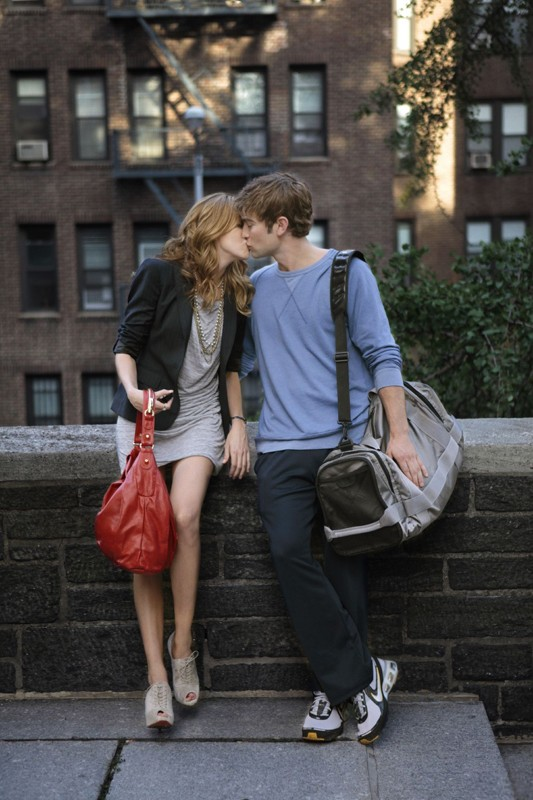 Juliet (Katie Cassidy) bacia il suo Nate (Chace Crawford) in Goodbye Columbia di Gossip Girl