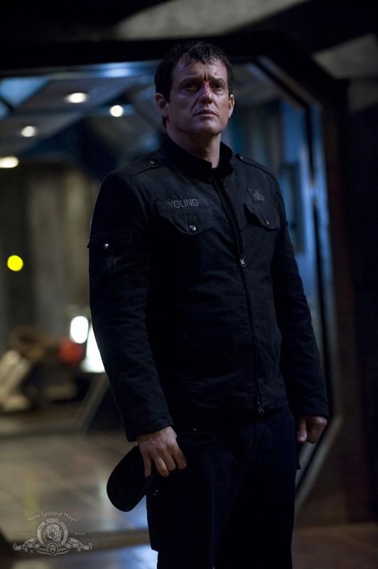 Justin Louis in una scena dell'episodio Intervention di Stargate Universe