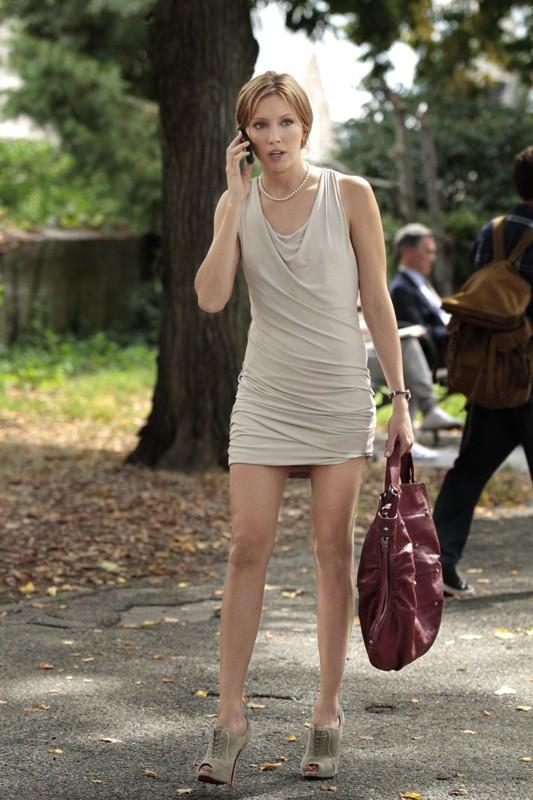 La bella Katie Cassidy al telefono nell'episodio Goodbye Columbia di Gossip Girl