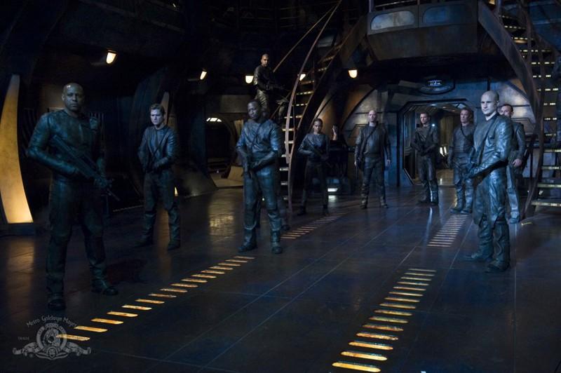 La Lucian Alliance difronte allo Stargate dell'episodio Intervention di Stargate Universe