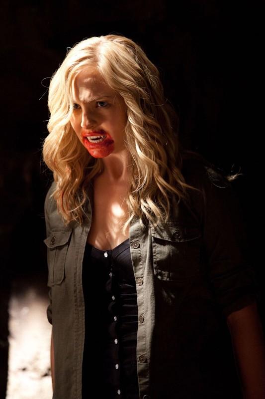 La vampira Caroline (Candice Accola) nell'episodio Kill Or Be Killed di Vampire Diaries
