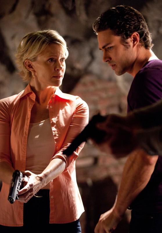 Marguerite MacIntyre e Taylor Kinney in una sequenza di Kill Or Be Killed di The Vampire Diaries