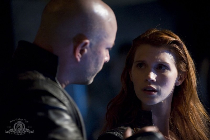 Ryan Booth parla con Julie McNiven nell'episodio Intervention di Stargate Universe
