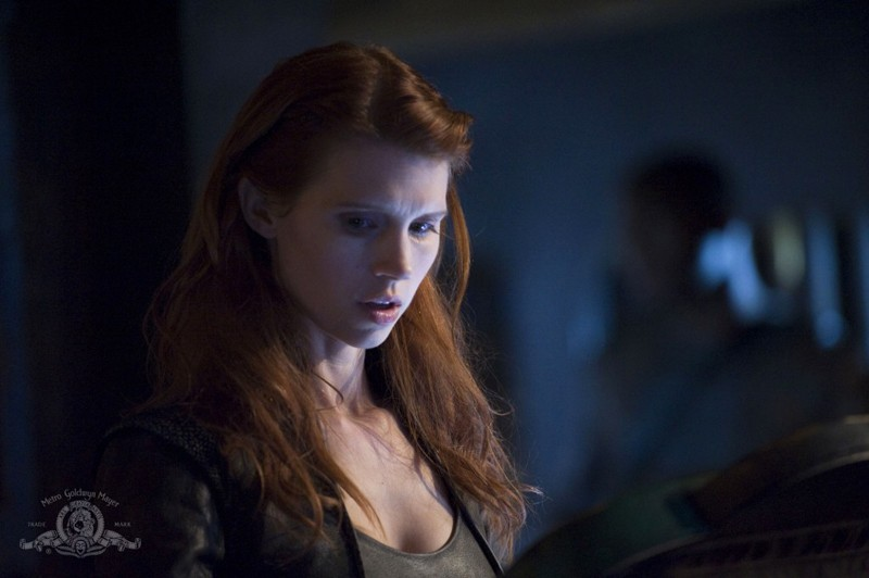 Un primo piano di Julie McNiven in un momento dell'episodio Intervention di Stargate Universe
