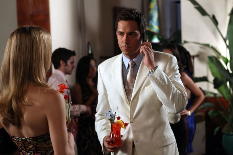 Zachary Levi al telefono guarda Yvonne Strahovski (di spalle) nell'episodio Chuck Versus the Coup D'Etat