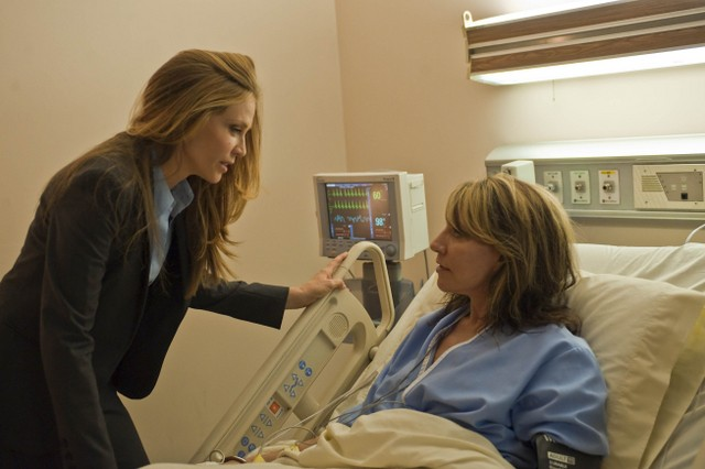 Ally Walke e Katey Sagal nell'episodio Turning and Turning di Sons of Anarchy