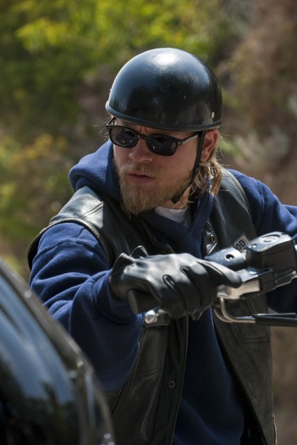 Charlie Hunnam nell'episodio Home di Sons of Anarchy
