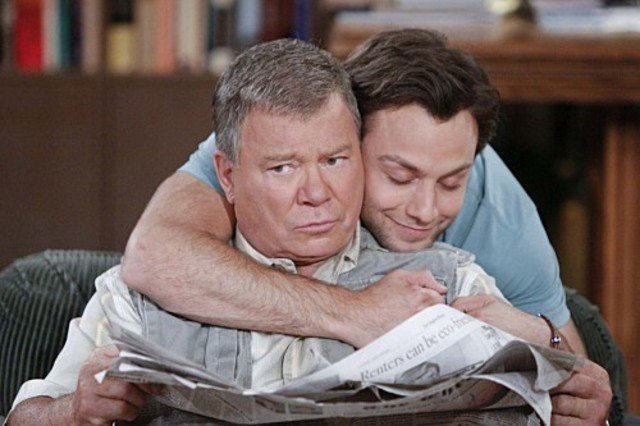 Jonathan Sadowski e William Shatner nell'episodio The Truth About Dads and Moms di $#*! My Dad Says