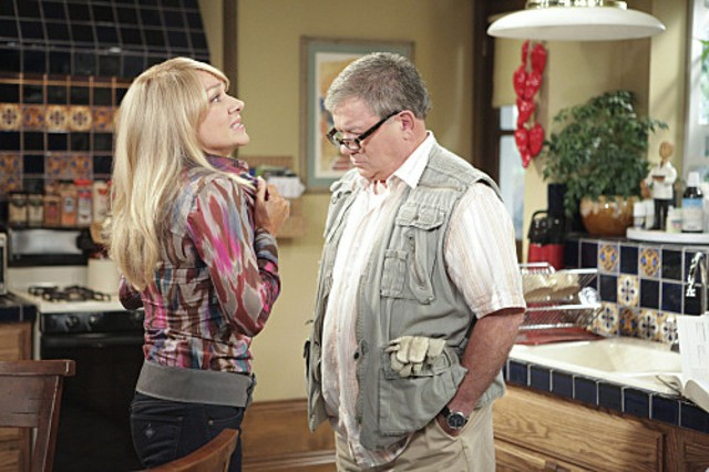 Nicole Sullivan e William Shatner nell'episodio Wi-Fight di $#*! My Dad Says