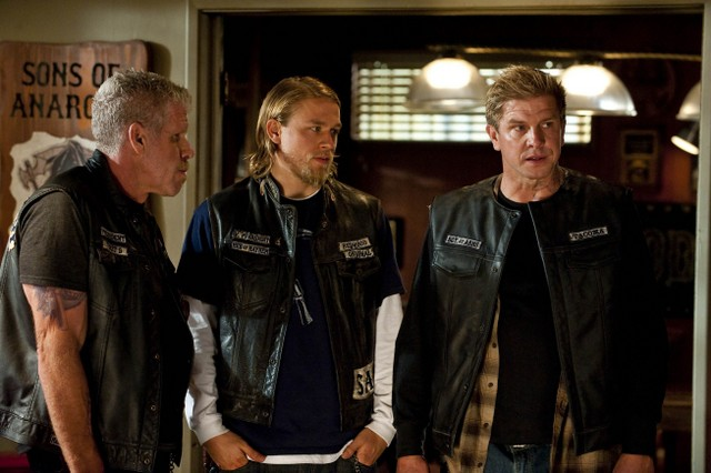 Ron Perlman, Charlie Hunnam e Kenny Johnson nell'episodio The Push di Sons of Anarchy
