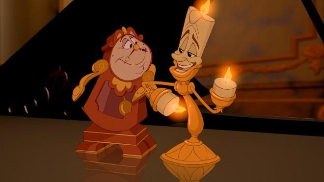 Tockins e Lumière in una scena del film d'animazione La bella e la bestia