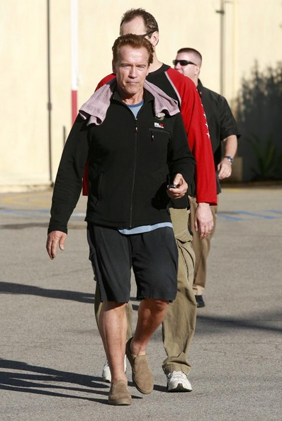 Arnold Schwarzenegger e il suo bodyguard tornano alla loro macchina, in California