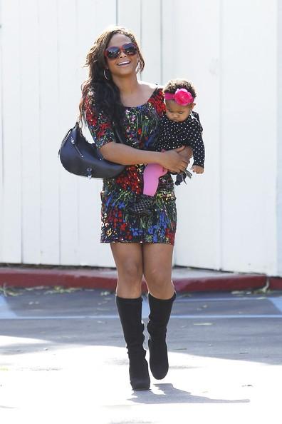 Christina Milian nei pressi del Cafe Med con in braccio la figlia Violet