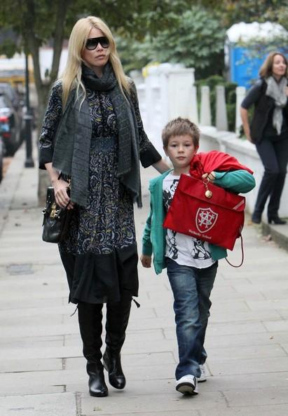 Claudia Schiffer e il figlio Caspar si avviano verso la scuola in West London