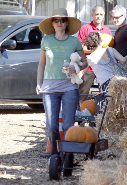 Debra Messing con la famiglia tra le zucche di Mr. Bones