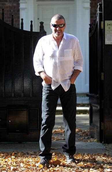 George Michael lascia la casa di West London dopo il rilascio anticipato di prigione