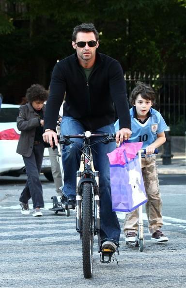 Hugh Jackman e famiglia fanno un giro in bicicletta nel West Village