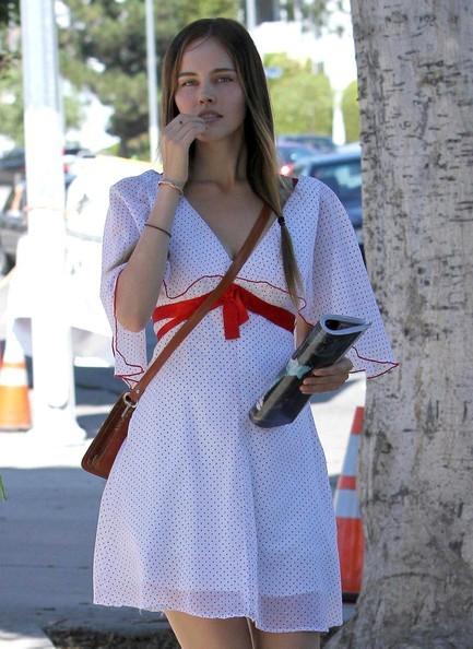 Isabel Lucas con un'amica per strada in una bella giornata di ottobre a Los Feliz