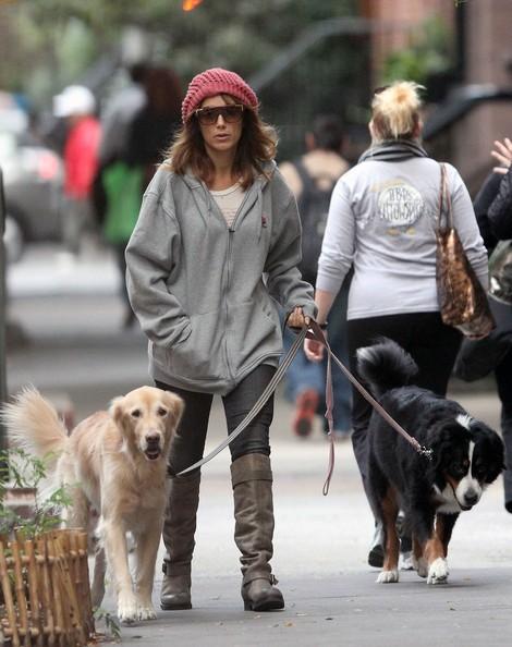 Jennifer Esposito passeggia con i suoi due cani nel West Village