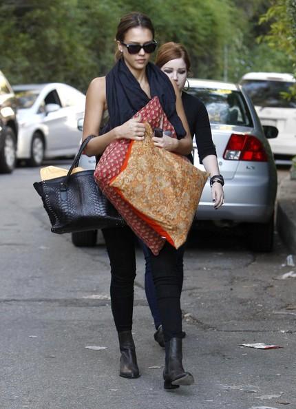 Jessica Alba e la sua assistente con alcuni cuscini per le strade di Beverly Hills