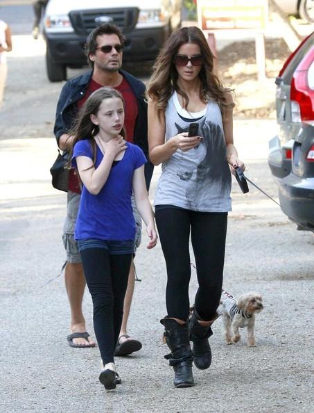 Kate Beckinsale con la famiglia e i cani al Canyon Temescal Park, in California