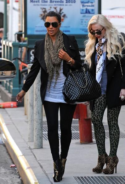 Kim Kardashian lascia il suo hotel del centro con un amica