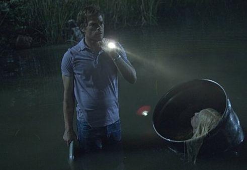 Michael C. Hall in una scena notturna dell'episodio Hello Bandit della quinta stagione di Dexter.
