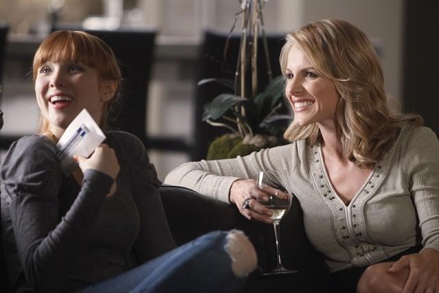 Molly C. Quinn e Monet Mazur nell'episodio Anatomy of a Murder di Castle