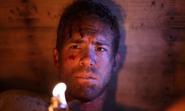 Primo piano di Ryan Reynolds dal thriller Buried