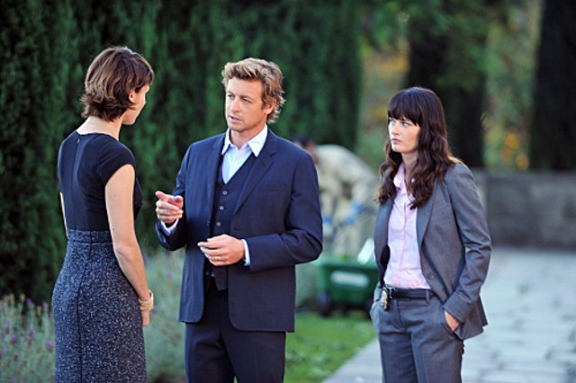 Simon Baker, Robin Tunney e Chryssie Whitehead nell'episodio Pink Channel Suit di The Mentalist