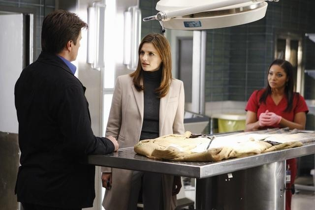 Stana Katic, Tamala Jones e Nathan Fillion nell'episodio Punked di Castle