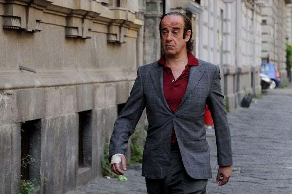Toni Servillo cammina determinato nel film Gorbaciof