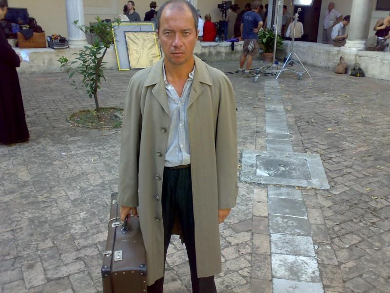 Arturo Gambardella sul set della fiction Sotto il cielo di Roma