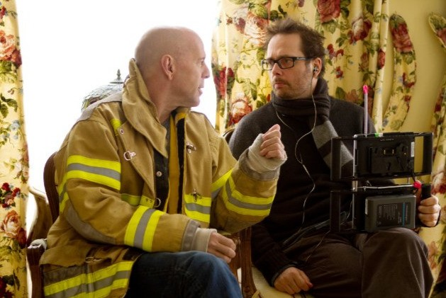 Bruce Willis col regista Robert Schwentke sul set del film Red