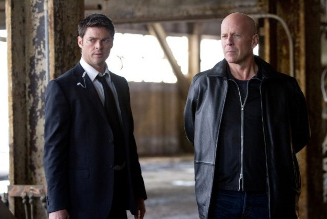 Bruce Willis e Karl Urban in una scena del film Red