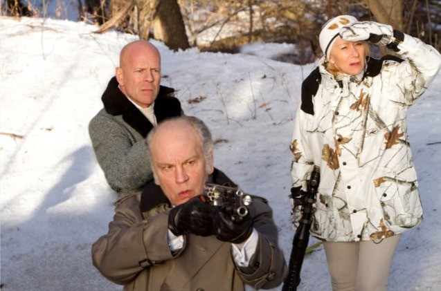 Bruce Willis, John Malkovich ed Helen Mirren in una scena del film Red