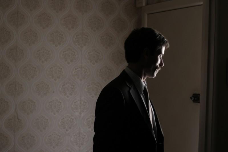 Guy Pearce in penombra nel film Animal Kingdom