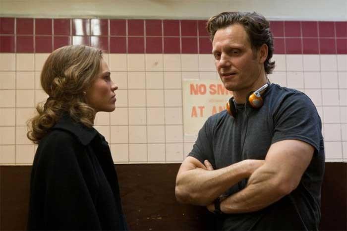Hilary Swank con il regista Tony Goldwyn sul set di Conviction
