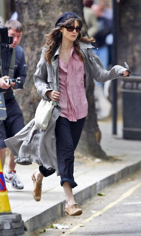Keira Knightley cammina frettolosa sul set di London Boulevard
