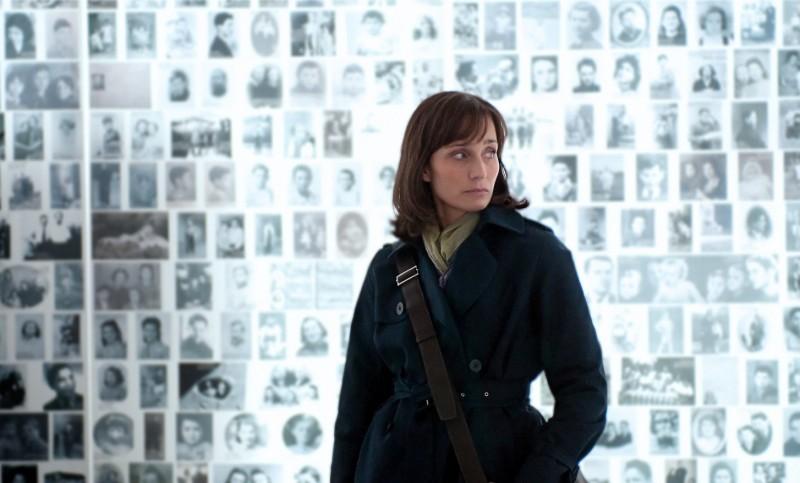 Kristin Scott Thomas in un'immagine significativa del film Elle s'appelait Sarah